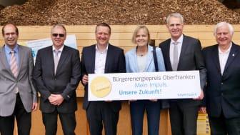 Dr. Corinna Boerner (3.vr), Abteilungsdirektorin bei der Regierung von Oberfranken, und Christoph Henzel (2.vr), Leiter Kommunalmanagement beim Bayernwerk, rufen im Bioenergiedorf Oberleiterbach zur Teilnahme am Bürgerenergiepreis Oberfranken auf.
