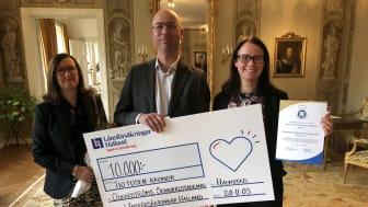 Företrädare för restaurangen på Oskarströms äldreboende fick pris som årets bästa äldreboenderestaurang. Från vänster: Heike Nicklasson , Peter Olsson och Marlene Jakobsson..