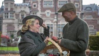 Diakonissan Lisa (alias Sofia Niering, ansvarig för Storstugan) möter trädgårdsmästare Johan Larsson på Tjolöholms skördefest.