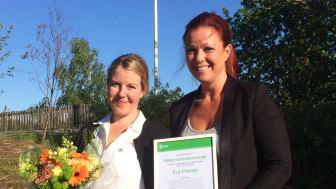 Här tar Louise Nilsberth, pedagog i Eco Friends, från Parken Zoo och Cecilia Bäck, Pressansvarig och projektledare i Eco Friends, på Eskilstuna Strängnäs Energi och MiIjö emot priset som delades ut under Världsmiljödagen.