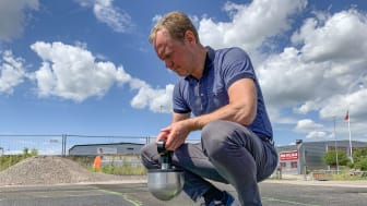 Lars Jansson, laboratoriechef Peab Asfalt, testar stötdämpande asfalt