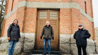Kommunstyrelsens ordförande Caroline Dieker (M), Askersundsbostäders vd Anders Gustafsson och Sydnärkes byggnämnds ordförande Lars-Gunnar Forsberg vid vattentornet.