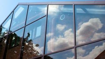 Inglasat hus med reflektioner