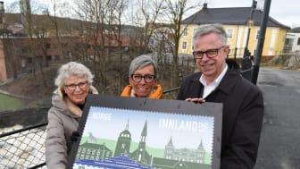 Elsabeth Vogt fra Moss Historielag (til venstre), ordfører Hanne Tollerud og frimerkedirektør Halvor Fasting viser fram jubileumsfrimerket for Moss 300 år.