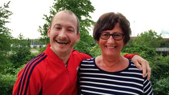 Hur fokuserar man på det positiva i livet när man har fått ett barn med funktionshinder? Eller när man tvingas leva med en cp-skada? Jonas och Lena Helgesson föreläser tillsammans om livets glädje, sorg och kamp.