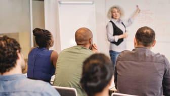 Arbetsförmedlingen ger klartecken. Nu arrangerar Folkuniversitetet fler kontakttolkutbildningar i Dalarna.