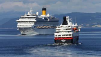 Hurtigruten viker for cruiseskip i Trondheimsfjorden (Foto: Daniel Flathagen)