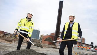 Anders Ericsson, Värmevärdens vd, och Dag Rogne, kommunalråd i Säffle tar första spadtaget för den nya fjärrvärmeanläggningen.