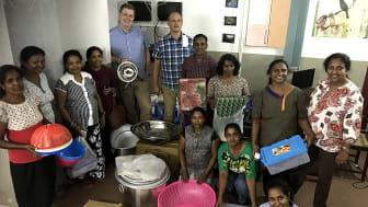 Ola och Håkan tillsammans med en del av kvinnorna i Moratuwa.