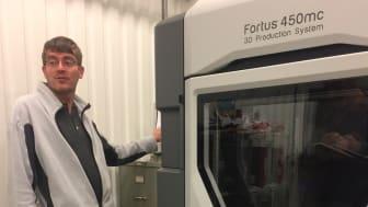 Peter Jansson, Premo AB presenterar senaste inköpet, en 3D-printer från Stratasys.