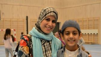 Elevrådsleder for 1.-7. trinn Zakaria Hussain og mamma Bushra Hussain. Elevrådet har lenge ønsket og jobbet for en ny flerbrukshall, nå er dagen her!