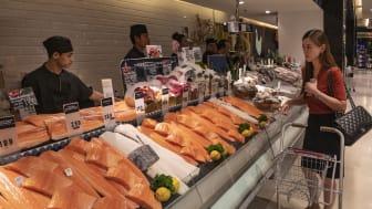 Fersk laks og ørret i thailandsk fiskedisk