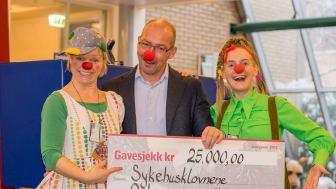Markedsdirektør i Bilia Personbil AS, Finn Wilhelmsen, møtte Sykehusklovnene på jobb for å dele ut sjekken på 25.000 kroner.