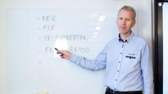 Seniorinstruktør Hans Olav Arnesen er en av dem som nå må undervise via PC i steden for i klasserom.