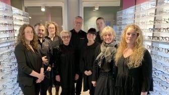 Butikschef Carsten Nedergaard, i midten, og hans personale har længe set frem til at slå dørene op for kunderne i Odense. Udover det ekstra store udvalg af briller, understreger butikken også kædens særlige fokus på øjensundhed.