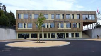 Sydskogen skole i Røyken er Norges første svanemerkede skole. Skolen er bygget av massivtre, er svært energieffektiv og har godt innemiljø. Foto: Miljømerking Norge.