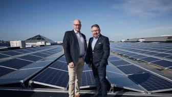 Centrumchefen Niklas Blonér (t v) och tekniske chefen Fredrik Arvidsson framför Välas solcellspark, som är en bärande del i Nollvisionen.