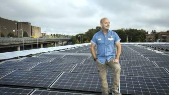 Säljchef Martin Garmstedt på OKQ8 Västberga står på stationens tak där solcellsanläggningen är installerad