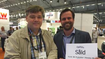 Sven-Erik Nilsson från BK Produkter och Johan Frisk från OpiFlex skriver under kontraktet i OpiFlex Monter under Elmia Automation.