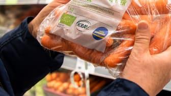Från Sverige och KRAV har initierat ett samarbete för att göra det enklare för konsumenten att välja KRAV-produkter som är producerade i Sverige. Bland annat tas butiksmaterial fram med både KRAV och Från Sverige-märket.