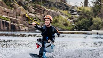 Christoffer Lindhe, grundare av Halmstadföretaget Lindhe Xtend, är trippelamputerad men det hindrar honom inte från att utöva vattensport i Halmstad Wakepark. Foto: Daniel Söderberg