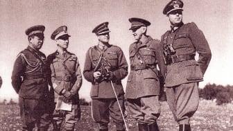 Sveriges ÖB, general Thörnell, med Japans militärattaché i Stockholm, Makoto Onodera (till vänster).
