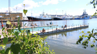 Jubileumsparken är ett resultat av göteborgarnas önskemål inför Göteborgs 400-årsjubileum år 2021 och inför byggandet av Älvstaden. Badet i Jubileumsparken har blivit ett populärt utflyktsmål för göteborgare och andra besökare. Foto: Jubileumsparken
