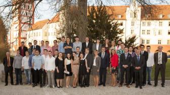 Foto: Die Ausbildungsabsolventen des Bayernwerks aus Pfaffenhofen und München mit dem Personal- und Ausbildungsteam des Bayernwerks und Landrat Martin Wolf.