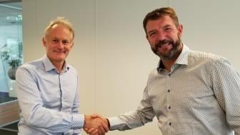 Magnus Orrebrant, CEO i Vehco og Luc Lammens, CEO i Groeneveld ICT Solutions tar hverandre i hånden på avtalen.