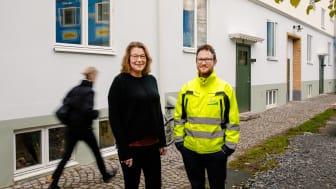 Husvärd Carina Lundqvist och projektchef Anders Nilsson från Poseidon är glada att kunna hälsa hyresgäster i kvarteret Skäppan tillbaka till sina lägenheter efter upprustningen.