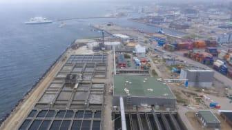 I förgrunden syns byggnadsarbetet med överbyggnaden av Öresundsverket i Helsingborg. I bakgrunden syns huskropparna som börjar resa sig i Oceanhamnen i maj 2019. Foto Anders Kjellberg