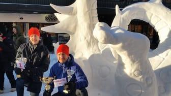 Laget Apelsin med Jens Pettersson och Magnus Palo Misch har vunnit mästerskapen flera gånger.  Här är de glada vinnarna framför sin skulptur OUBOROS  2015