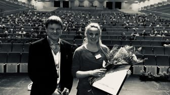 Pristagare. Jennifer Andersson (till höger) från Boliden Aitik, tog på onsdagen emot Svemins Arbetsmiljöpris 2020 i Luleå. Till vänster Gunnar Rådberg, ordförande i GRAMKO, Gruvornas Arbetsmiljökommitté. Jenny delar priset med Jonas Fjellner, Boliden