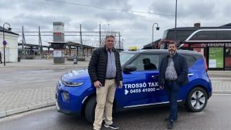 Bild Miljöfordon Sverige: Petrit Elezi, Trossö Taxi och Niclas Haakman från projektet Elbilslandet Syd som initierade samverkan med Ica Maxi i Karlskrona.