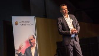 Frode Tørresdal på scenen under konferansen. Foto: Autodesk