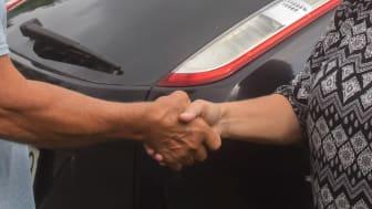 Nöjd bilköpare och bilsäljare.