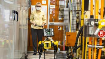 Paula Wiebelhaus ohjaa Fluffya, koiramaista robottia, tehtaan vaikeakulkuisten alueiden läpi.