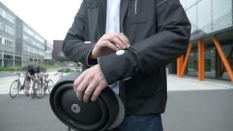 """Den """"smarta jackan"""" från Ford visar medtrafikanter åt vilket håll cyklisten tänker svänga med hjälp av ljus som aktiveras på respektive ärm."""