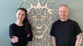 Samanda og Thomas Berlin er iværksætterparret bag Creative Wood, som specialdesigner pynt i træ og akryl. I august 2020 stod de overfor de fem investorer i Løvens Hule, som netop er blevet vist på DR1. Meget er sket siden da.