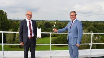 Andreas Speith, Geschäftsführer WWN (l.), und Michael Dreier, Bürgermeister Paderborn, nehmen das  Gateway auf dem Dach eines Verwaltungsgebäudes in Betrieb. Dort empfängt das Gateway auch Sensoren mit einer Entfernung von über 12 km.