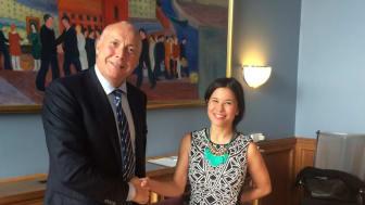 KLIMAAVTALE: Sopra Sterias administrerende direktør for Skandinavia, Kjell Rusti, signerte avtalen med byråd for miljø og samferdsel, Lan Marie Nguyen Berg, mandag ettermiddag.