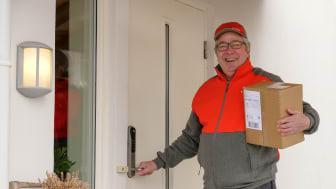 Postbud Bjørn Tørseth er en av dem som tester ut den nye tjenesten i Vestfold. Foto: Tore Oksnes, Posten Norge