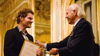 Anders Wall överlämnar stipendiet till Denis Milo i Kungliga foajén på Operan. (Foto: Arthur Ljunggren)