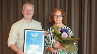Per Eneroth, gatu- och trafikchef, och Inga-Kerstin Eriksson (C), kommunalråd, tog emot utmärkelsen SHIFT 2021 Bäst på hållbara transporter