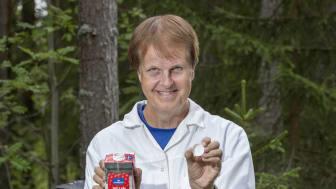 Patrik Norqvist, lektor i fysik, hjälper till med förklaringar varför återvinning är viktigt och hur man gör det på enklaste sätt. Foto: Johan Gunseus
