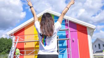 Älvsbyhus målade ett visningshus i regnbågsfärger inför Stockholm Pride - på taket satt solcellspaneler från NIBE Energy Systems