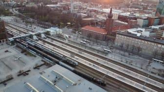 Dagens bangård, med uppställningsspåren 6 - 9 till vänster i bild. Uppställningsspårens funktion ska flyttas till Västerås Västra så att bangården kan byggas om för att öka kapaciteten för tågtrafiken. Foto: Bo Lundvang.