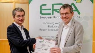 Tryggve Rönnqvist receiving the prestigious European Radon Association award