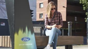 Ford lanserar smarta bänkar med mobilladdning och wifi