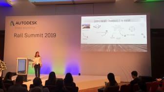 Dina Eggum fra Norconsult på scenen under Autodesk Rail summit. Foto: Norconsult.